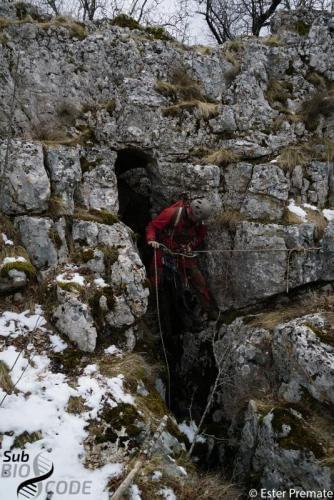 Teo descending in Jama u Tijaninom dolu cave.